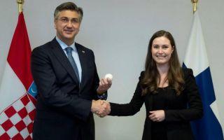 Simboličnom gestom Marin predala Plenkoviću predsjedanje Unijom
